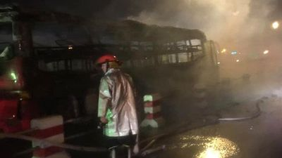 Clip: Xe khách bất ngờ bốc cháy trơ khung trên cầu Thanh Trì