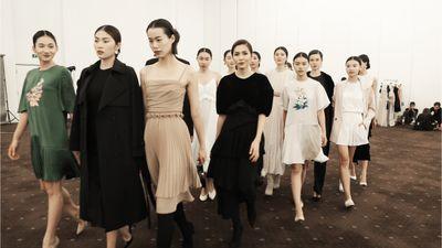 Làm NTK nhưng Tăng Thanh Hà vẫn xúng xính catwalk cùng dàn mẫu trong hậu trường