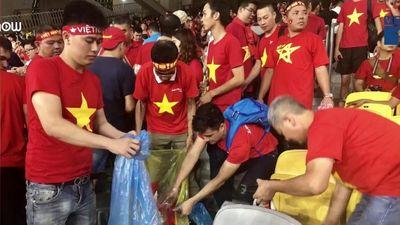 Clip: CĐV Việt Nam nán lại dọn rác sau trận chung kết tại Malaysia
