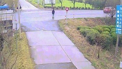 Cú né ô tô mất lái không tưởng của thanh niên TQ