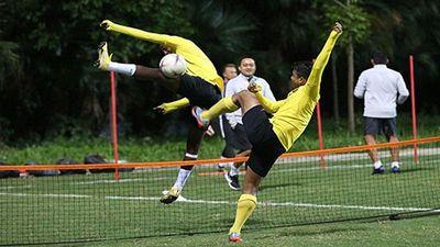 Lạ lùng đội tuyển Malaysia tập đá cầu mây trước giờ G
