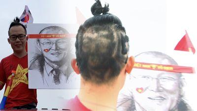 Fan cuồng cắt tóc có hình HLV Park Hang-seo