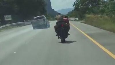 Nghẹt thở xem cảnh sát lái mô tô truy đuổi tội phạm như phim hành động