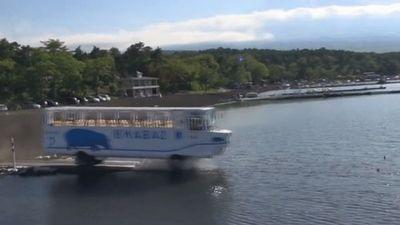 Clip: 'Độc lạ' xe buýt đi được cả trên bờ và dưới nước