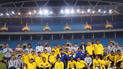 Cầu thủ tuyển Malaysia thoải mái trêu đùa nhau trước trận chung kết
