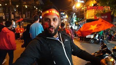 Việt Nam vô địch AFF Cup, khách Tây 'quẩy' tưng bừng trên phố