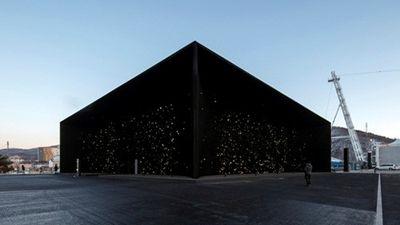 Mục sở thị tòa nhà 'đen nhất thế giới'