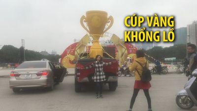 Chở cúp vàng khổng lồ đến sân Mỹ Đình chờ Việt Nam vô địch AFF Cup