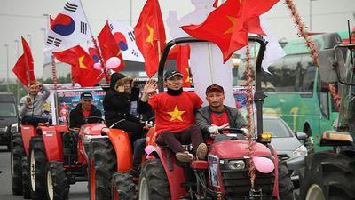 CĐV lái máy cày lên 'chảo lửa' Mỹ Đình cổ vũ đội tuyển Việt Nam