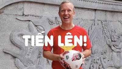Đại sứ Gareth Ward mặc áo cờ đỏ sao vàng, tâng bóng cổ vũ Việt Nam chiến thắng