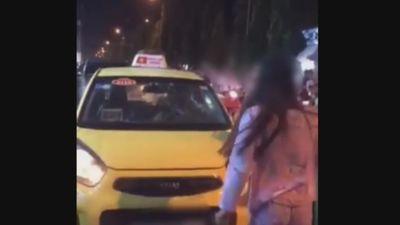 Mâu thuẫn với tài xế, cô gái cầm mũ bảo hiểm đập bung kính taxi