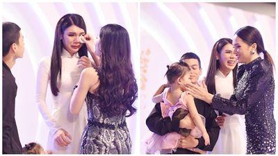 Thí sinh chuyển giới ôm con, mang chồng lên sân khấu khiến Hương Giang tròn mắt ngưỡng mộ