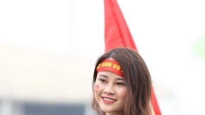 Hot girls 'đốt nóng' không khí trước trận chung kết Việt Nam và Malaysia