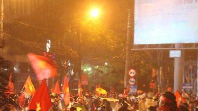 Người dân xứ Nghệ đổ dồn về thành Vinh ăn mừng chiến thắng xuyên đêm