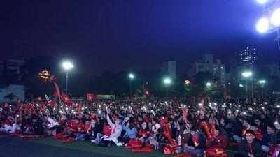Hàng nghìn sinh viên ĐH Y đồng loạt bật đèn flash, hát 'Niềm tin chiến thắng' cổ vũ đội nhà vô địch AFF Cup