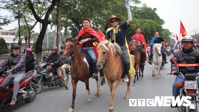 CĐV đất Cảng cưỡi 6 con tuấn mã tuần hành trên phố hô vang 'Việt Nam vô địch'