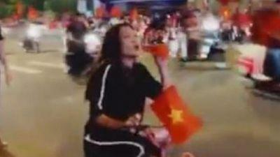 Clip hot: Mỹ Tâm đạp xe ra đường, liên tục vẫy cờ và hô vang Việt Nam vô địch