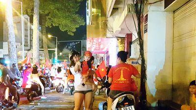 Việt Nam vô địch AFF Cup: Đường phố là nhà, người Việt bùng cháy niềm hạnh phúc