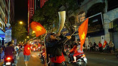 Việt Nam vô địch AFF Cup 2018: Những cổ động viên đáng yêu nhất trên đường