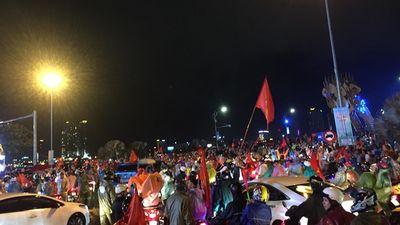 Bất chấp mưa gió, CĐV Đà Nẵng mặc áo mưa kéo nhau 'đi bão' mừng chiến thắng của đội tuyển Việt Nam