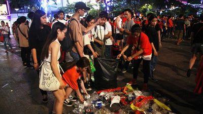 Rác ở phố đi bộ Nguyễn Huệ sau trận chung kết: Đẹp và chưa đẹp