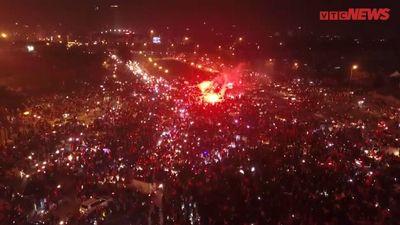Hàng vạn người ăn mừng ấn tượng ngay trước sân Mỹ Đình nhìn từ flycam