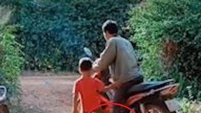 Trẻ con nghịch xe máy khiến tài xế ngã nhào