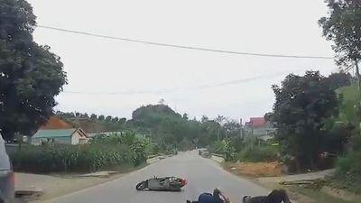 Clip: Xe máy chạy lấn làn, tông thẳng vào hông xe tải