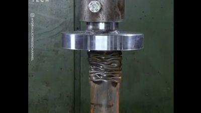 Clip: Thanh sắt trở nên mềm nhũn như sợi mì dưới sức ép của cỗ máy khủng