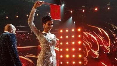 H'Hen Niê lọt Top 5 Miss Universe 2018: Từ cô gái nghèo, đi giúp việc đến đỉnh cao nhan sắc Việt