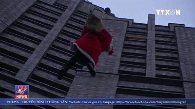 Ông già Noel 'đu dây' từ nhà cao tầng