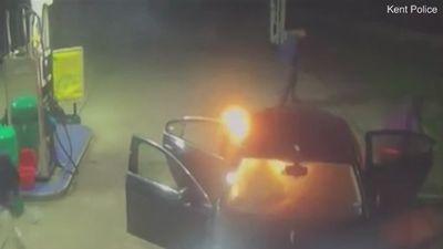 Hai người đàn ông say rượu đốt xe taxi tại trạm xăng lúc nửa đêm