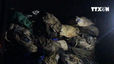 Bắt quả tang xe tải đổ hàng chục tấn rác thải ra môi trường