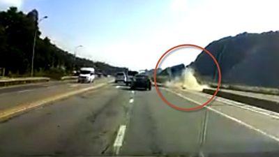 Clip xe khách tông vào dải phân cách lật ngang, phụ xe chết, 6 người bị thương