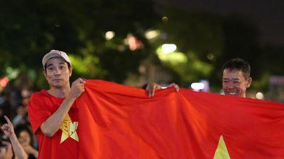 CĐV Sài Gòn đội mưa xem bóng đá, tự tin Việt Nam có mặt ở vòng 1/8