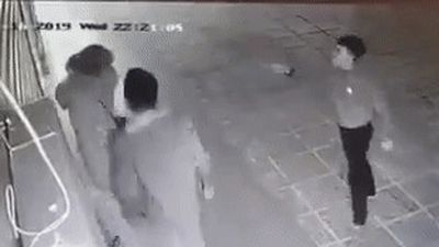 Camera ghi lại cảnh nhóm thanh niên hành hung cô gái trẻ ở Linh Đàm