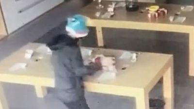 Kẻ trộm tông vỡ cửa kính lấy 8 điện thoại… thử nghiệm