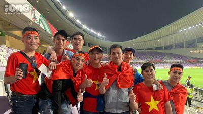 Bất lợi về địa lý so với đối thủ, cổ động viên Việt Nam vẫn khiến nhiều người trầm trồ khi nhuộm đỏ màu cờ sắc áo trên khán đài UAE