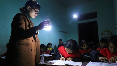 Nơi cô giáo cầm đèn tích điện dạy học