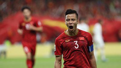 Các cầu thủ Việt Nam hồi hợp theo dõi trận đấu cuối vòng bảng