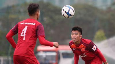Tuyển U22 Việt Nam đua nhau trong trò chơi chuyền bóng ở buổi tập