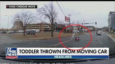 Bé gái 2 tuổi văng khỏi ô tô đang chạy, mẹ không hề hay biết vẫn lái xe chạy thẳng