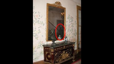 Kỳ bí chiếc gương 'ma ám' chứa linh hồn bị mắc kẹt