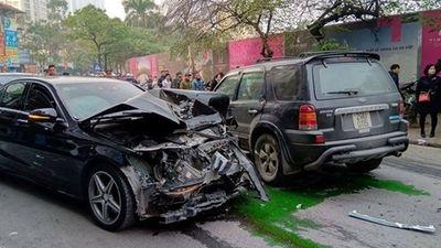 'Xe điên' tông nhiều xe máy, ô tô trên phố Hà Nội, cụ bà tử vong tại chỗ