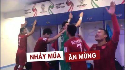 Tuyển thủ Việt Nam nhảy múa ăn mừng trong phòng thay đồ