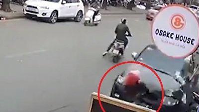Clip: Khoảnh khắc 'xe điên' gây tai nạn liên hoàn, tông trúng cụ bà đi bộ