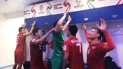 Xem các cầu thủ Việt Nam ăn mừng trong phòng thay đồ