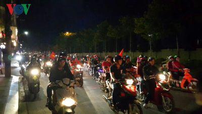 Cổ động viên phố núi Pleiku ăn mừng chiến thắng của ĐT Việt Nam