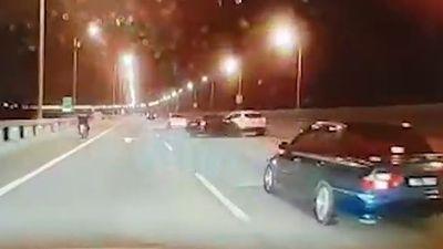 Tai nạn trên cầu, Toyota Vios đâm SUV bay xuống biển