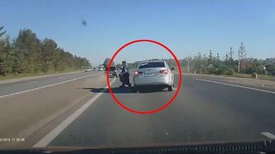 Thót tim cặp đôi nắm tay đi bộ sang đường cao tốc, không thèm tránh ô tô